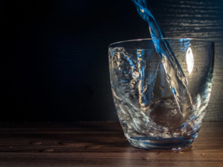 https://libreshot.com/water-is-poured-into-the-glass/
